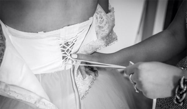 Suknia ślubna z wiązanym gorsetem i zasuwakiem